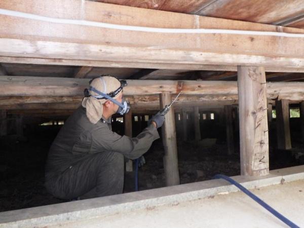 お寺の白蟻予防作業|京都市左京区スライダー2
